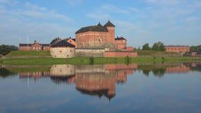 Forteca Hameenlinna z odbiciem, Pogodny Lipa dzień Finlandia zbiory wideo