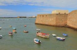 Forteca, morze, łodzie rybackie cadiz Spain obrazy royalty free