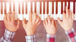 Fortepianowej klawiatury odgórnego widoku ręki mężczyzna i kobiety bawić się obrazy royalty free