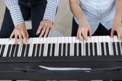 Fortepianowej klawiatury odgórny widok i ręki dwa gracza Obraz Royalty Free
