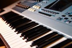 Fortepianowej klawiatury tło z selekcyjną ostrością Zdjęcia Stock