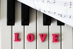 Fortepianowy klucza zbliżenie z list miłością i sercem Oryginalny sztuka wizerunek z valentine Obrazy Royalty Free
