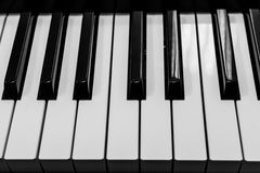 Fortepianowych klawiatur czarny i biały zbliżenie | klasyczny instrument muzyczny | muzyczna rozrywka Zdjęcia Royalty Free