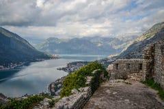 从Forteress的湖视图,科托尔,黑山 免版税库存照片