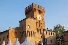 Forteresse antique impressionnante avec la tour d'horloge dans Spilamberto Photo stock