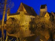 Forteresse au lac par nuit Photos stock