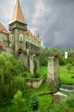 Forteresse-château antique en Roumanie contre le ciel nuageux Photographie stock