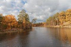 Forteresse colorée d'arbres d'automne à l'avant de rivière image stock