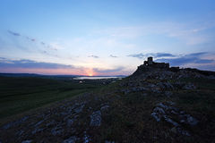 Forteresse d'Enisala en Roumanie avec un beau coucher du soleil d'été Photos libres de droits