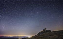 Forteresse d'Enisala par nuit, ciel étoilé, galaxie évidente de manière laiteuse, ciel clair, longue exposition images libres de droits