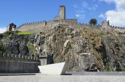 Forteresse dans la ville de la Suisse sur la roche Photo stock