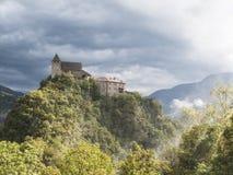 Forteresse dans le Tirol du sud Italie dans le paysage dramatique de temps Photos libres de droits