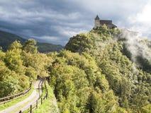 Forteresse dans le Tirol du sud Italie dans le paysage dramatique de temps Image stock