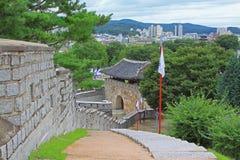 Forteresse de Hwaseong d'†de sites de patrimoine mondial de l'UNESCO de la Corée «et ville de Suwon Photographie stock libre de droits