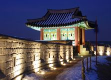 Forteresse de Hwaseong la nuit Photo stock
