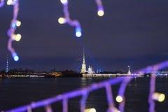 Forteresse de Peter et de Paul du pont de palais décoré la nuit St Petersburg Russie images libres de droits