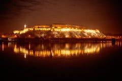 Forteresse de Petrovaradin la nuit, vue de Novi Sad photo libre de droits