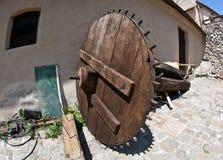 Forteresse intérieure de Rasnov, la Transylvanie - grande roulez dedans une cour Photos libres de droits