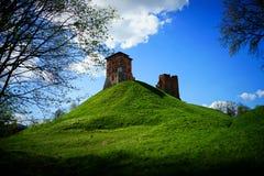 Forteresse ruinée antique de château sur une colline verte images libres de droits