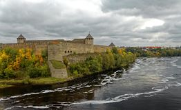 Forteresse russe Ivangorod de Moyens Âges près de St Petersburg Photos stock