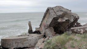 Fortes velhos em Liepaja, Letónia, mar Báltico filme