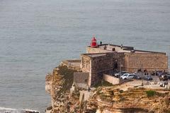 Fortet på praiaen gör Norte i Nazare, Portugal Fotografering för Bildbyråer