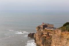 Fortet på praiaen gör Norte i Nazare, Portugal Royaltyfri Fotografi