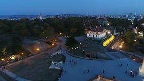 Fortezza della città di vista aerea nella notte, veduta da sopra il monumento video d archivio