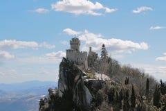 Fortezza della torre alla cima del supporto di Monte-Titano Chesta, San Marino fotografia stock libera da diritti