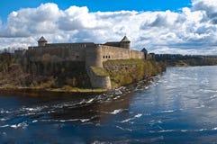 Fortezza di Ivangorod con il cielo nuvoloso nella priorità bassa Immagine Stock Libera da Diritti
