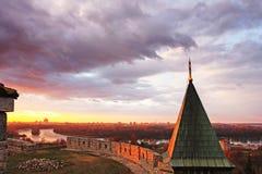 Fortezza di Kalemegdan con il tetto della chiesa di Ruzica, Belgrado, Serbia immagini stock libere da diritti