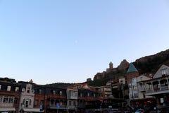 Fortezza di Narikala con la chiesa di StNicholas e parti di Città Vecchia vedute sotto a Tbilisi, Georgia Immagine Stock Libera da Diritti