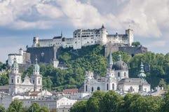 Fortezza di Salisburgo (Festung Hohensalzburg) veduta dal fiume di Salzach Fotografie Stock Libere da Diritti