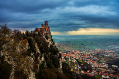 Fortezza di San Marino di Guaita al tramonto immagini stock