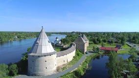 Fortezza di Staroladozhskaya sulle banche del fiume Volchov, giorno soleggiato Vecchia Ladoga, Russia archivi video