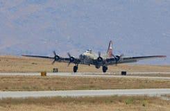 Fortezza di volo B-17 che entra per atterrare Fotografia Stock