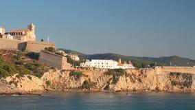 Fortezza e città antiche sulla costa di mare ripida Ibiza, Spagna video d archivio