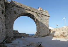 Fortezza e via della città di Rhodes Old La Grecia Fotografie Stock