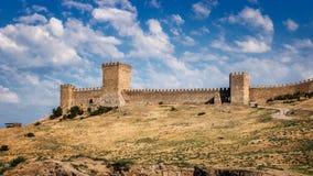 Fortezza genovese nella stazione turistica di Sudak, penisola della Crimea, Mar Nero immagini stock libere da diritti