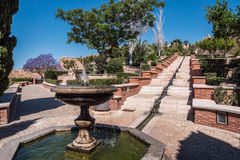 Fortezza medievale Alcazaba di moresco a Almeria, Access al Alcazaba con i giardini e gli alberi delle specie differenti Fotografie Stock