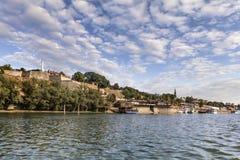 Fortezza medievale di Belgrado all'interno del parco di Kalemegdan e orizzonte del centro con porto turistico osservato da Sava R Fotografia Stock Libera da Diritti