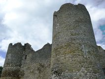 Fortezza Philippe Auguste in rovine nel villaggio medievale del chatel di Yevre fotografia stock