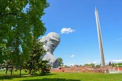 Fortezza principale di Brest del monumento - la scultura del soldato sconosciuto ed il cento-metro bayonet l'obelisco, Belar Fotografia Stock