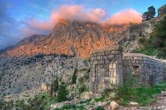 Fortezza St John, lokated sopra la città di Cattaro e la baia di Cattaro, mare adriatico, Montenegro immagini stock libere da diritti