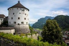 Fortezza sui precedenti delle montagne Fotografia Stock