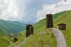 Fortezze di Svan al villaggio Georgia di Mestia Ushguli Fotografia Stock