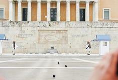 Fortfarande bevakar heder Evzones ceremoni framme av gravvalvet av Royaltyfria Foton