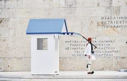 Fortfarande bevakar heder Evzones ceremoni framme av gravvalvet av Arkivfoton