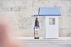 Fortfarande bevakar heder Evzones ceremoni framme av gravvalvet av Royaltyfri Foto
