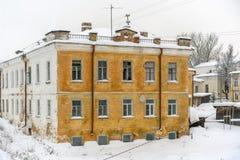 Fortfarande bo gammal byggnad i en gammal rysk liten stad med det fördärvade första golvet och en bottenvåning var folket har bot royaltyfria bilder